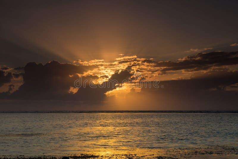 Beau lever de soleil caché à la plage Bali de Sanur photographie stock
