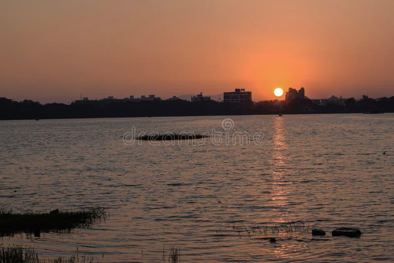 Beau lever de soleil chaud et rouge dans la ville de l'Inde image libre de droits