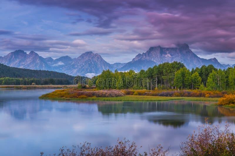 Beau lever de soleil dans les montagnes photos stock