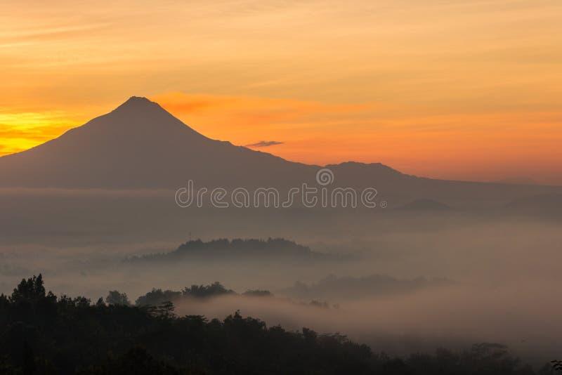 Beau lever de soleil de Bukit Punthuk Setumbu près du temple de Borobudur image stock
