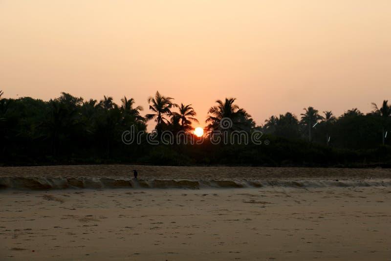 Beau lever de soleil en Inde sur l'océan photo stock