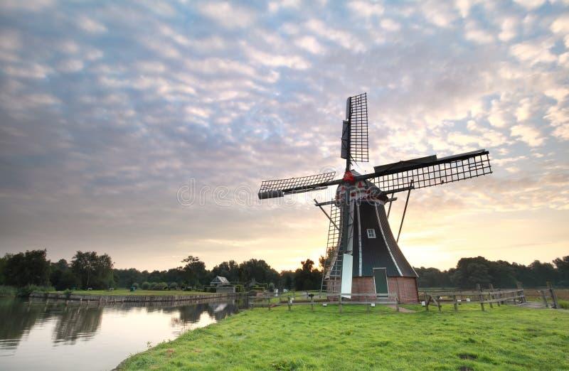 Beau lever de soleil et moulin à vent néerlandais photos stock