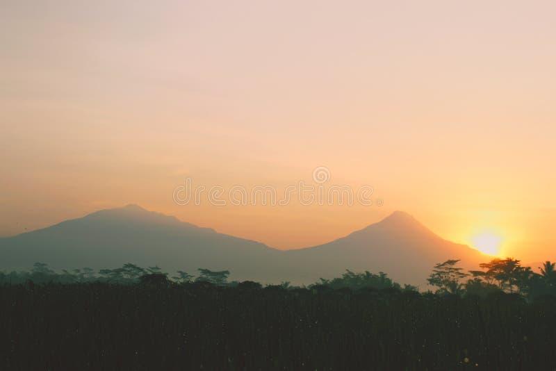 Beau lever de soleil de matin dans la campagne images stock