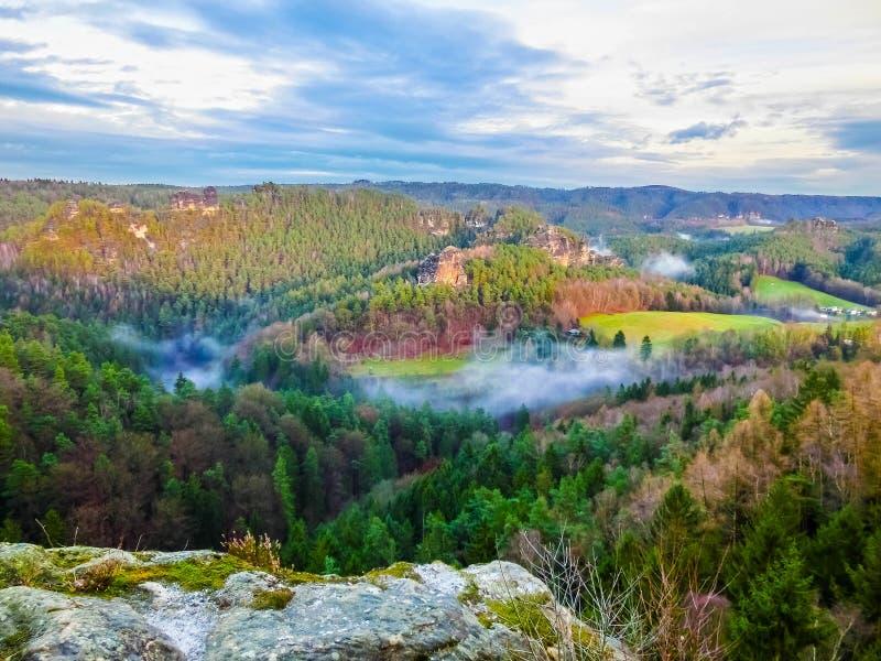 Beau lever de soleil ou coucher du soleil avec le ciel coloré en parc national Saxon Suisse image stock