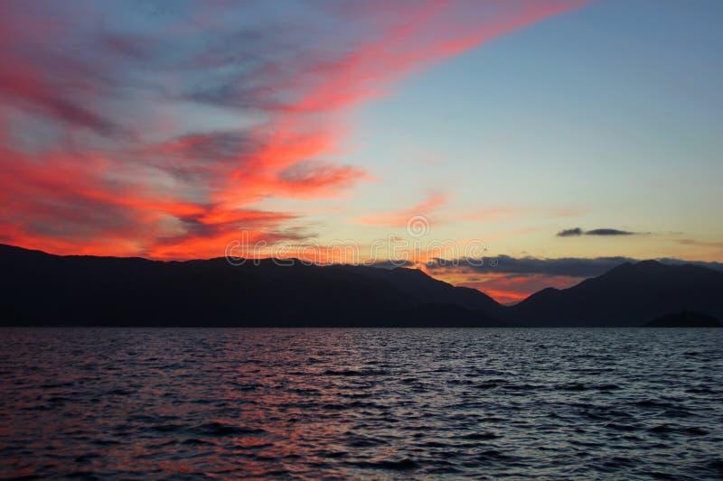 Beau lever de soleil par derrière les montagnes images stock