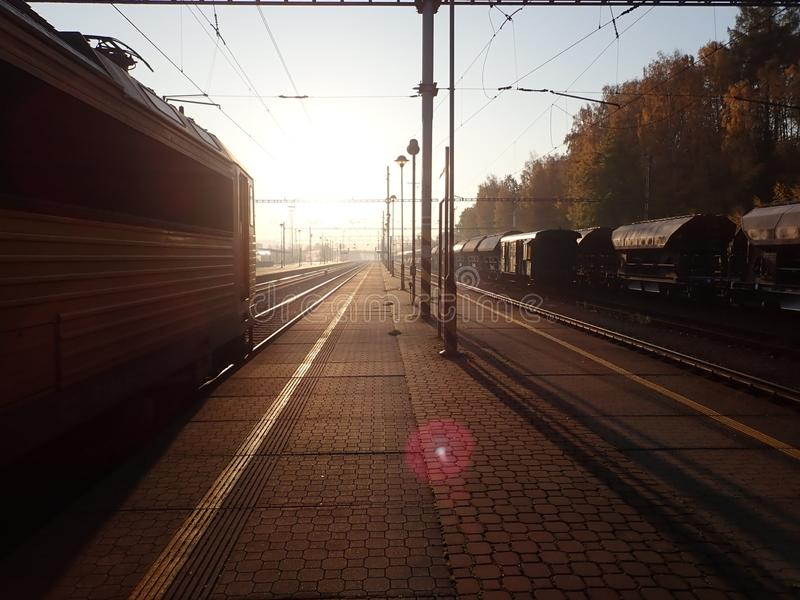 Beau lever de soleil romantique à une station de train images stock