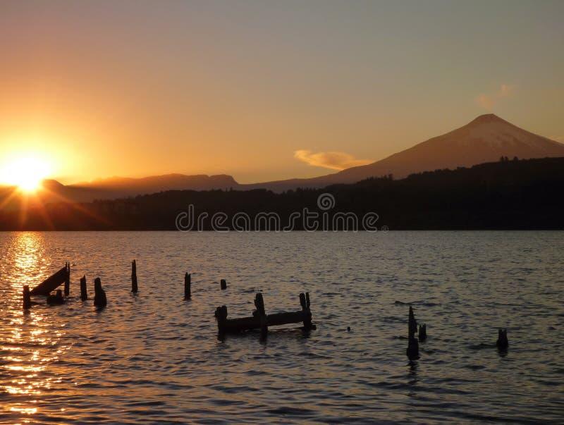 Beau lever de soleil romantique au villarica de lago en piment images libres de droits