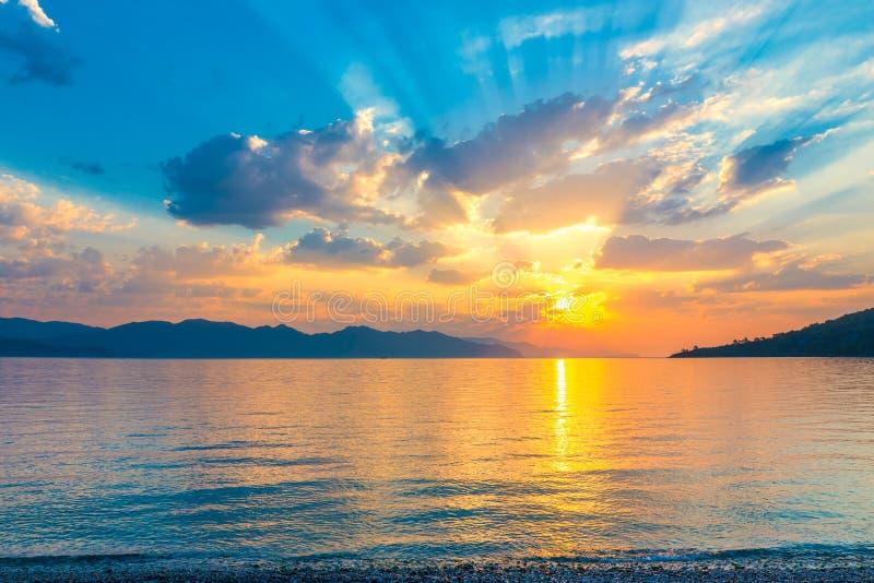 Beau lever de soleil scénique au-dessus d'une mer tranquille photo stock