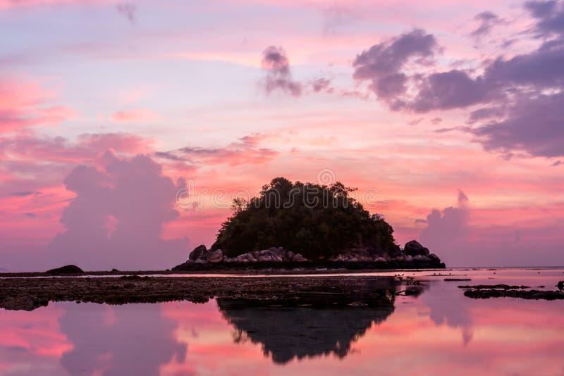 Beau lever de soleil sur Koh Lipe Beach Thailand, vacances d'été image libre de droits