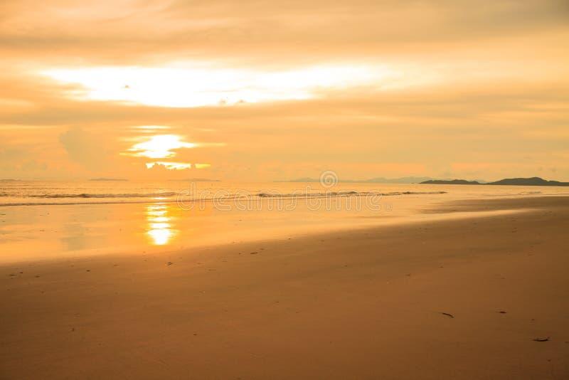 Download Beau Lever De Soleil Sur La Mer Tropicale Photo stock - Image du jour, nature: 56483656