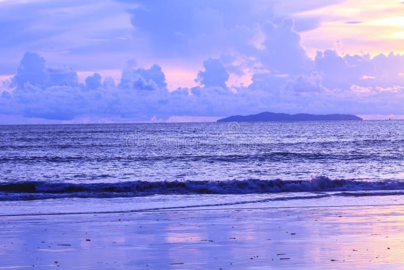 Download Beau Lever De Soleil Sur La Mer Tropicale Image stock - Image du plage, nuage: 56484581