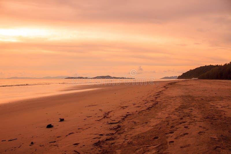 Download Beau Lever De Soleil Sur La Mer Tropicale Image stock - Image du côte, normal: 56485083