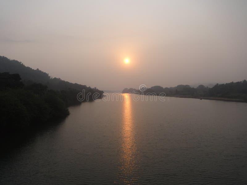 Beau lever de soleil sur la rivière photos libres de droits