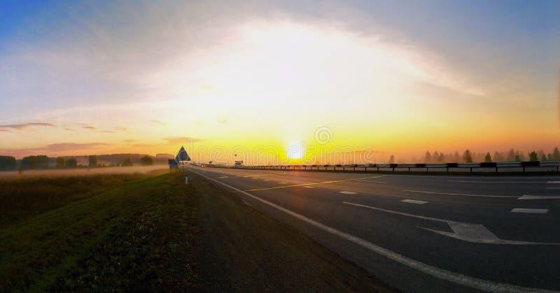 Beau lever de soleil sur la route photo stock