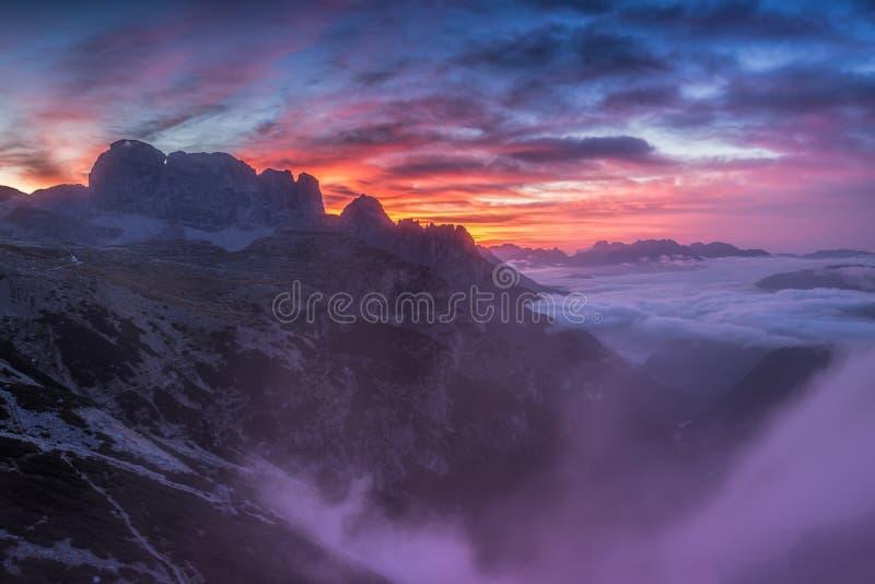 Beau lever de soleil sur les dolomites photos libres de droits