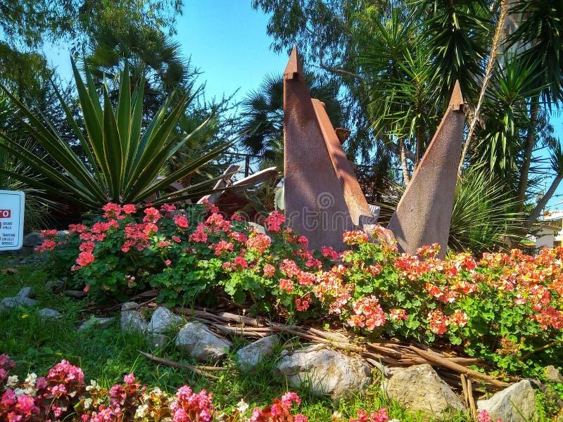 Beau lit de fleur avec les fleurs lumineuses de couleur en parc photos libres de droits
