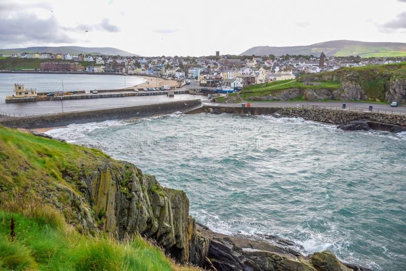 Beau littoral avec la ville de bord de la mer de la peau, île de Man image libre de droits