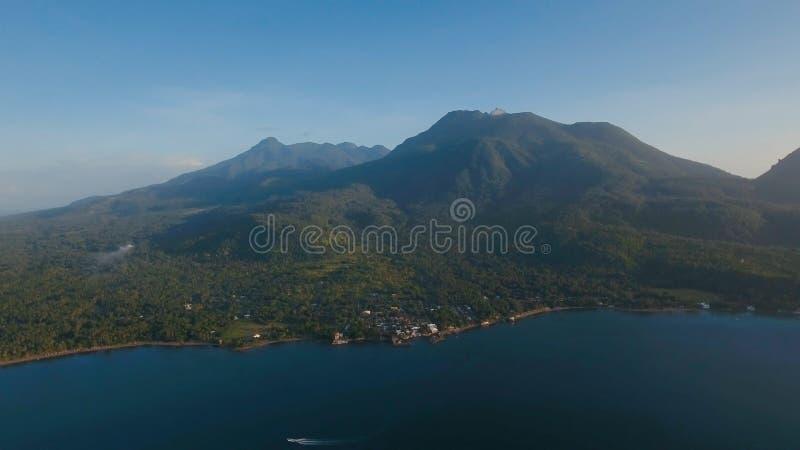 Beau littoral de vue aérienne sur l'île tropicale avec la plage volcanique de sable Île Philippines de Camiguin image libre de droits