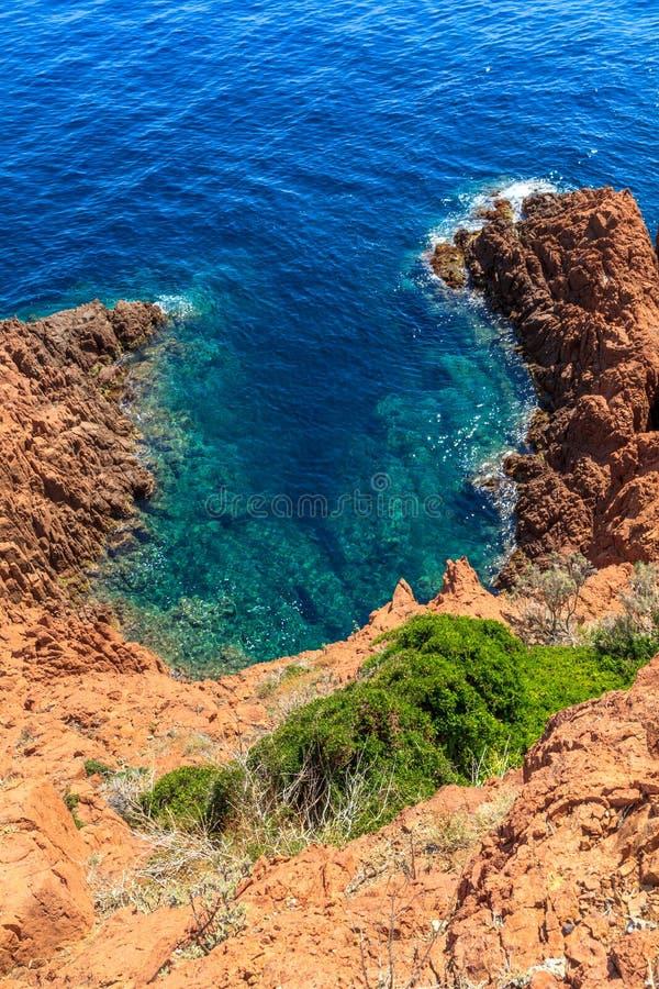 Beau littoral scénique sur la Côte d'Azur près de Cannes photographie stock libre de droits