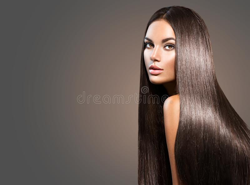 Beau long cheveu Femme de beauté avec les cheveux noirs droits photo libre de droits