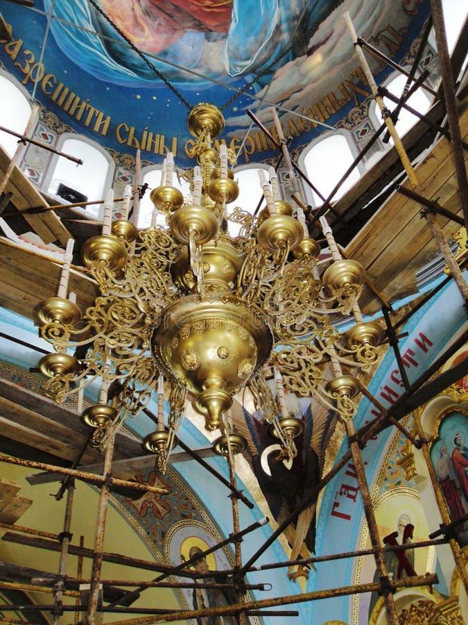 Beau lustre en bronze dans une église orthodoxe russe Travail de restauration Héritage historique de la Russie Concept — religion photographie stock