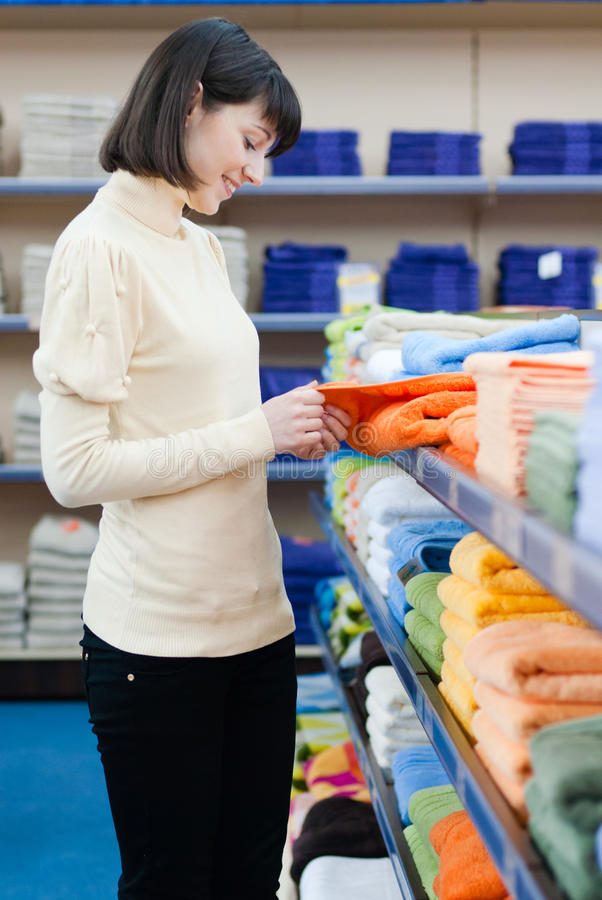 Jolies serviettes d'achats de jeune femme photos libres de droits