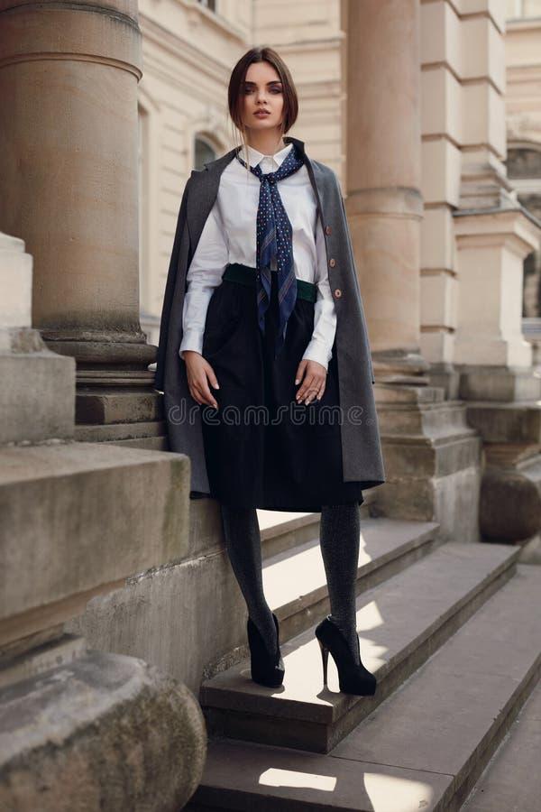 Beau mannequin In Fashionable Clothing sur la rue images stock