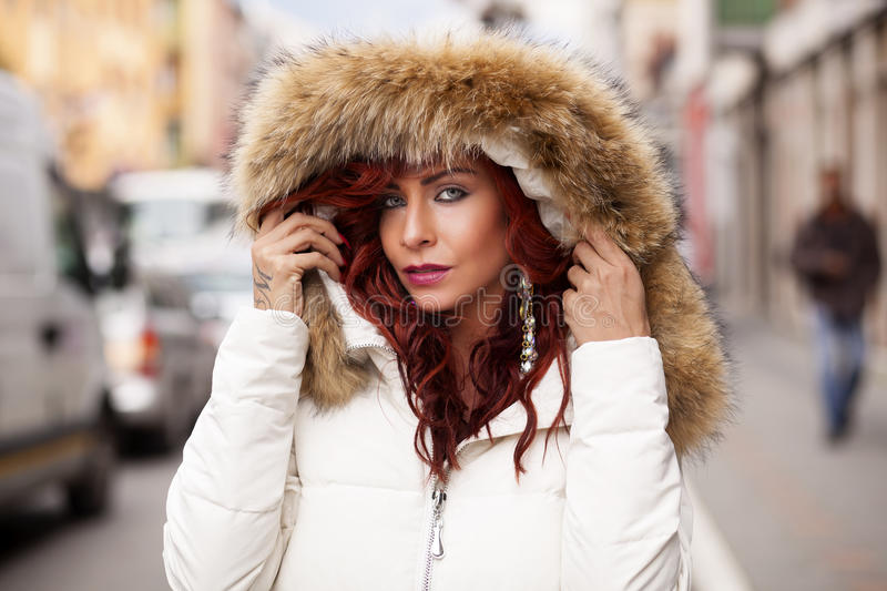 Beau mannequin In Fur Coat photographie stock