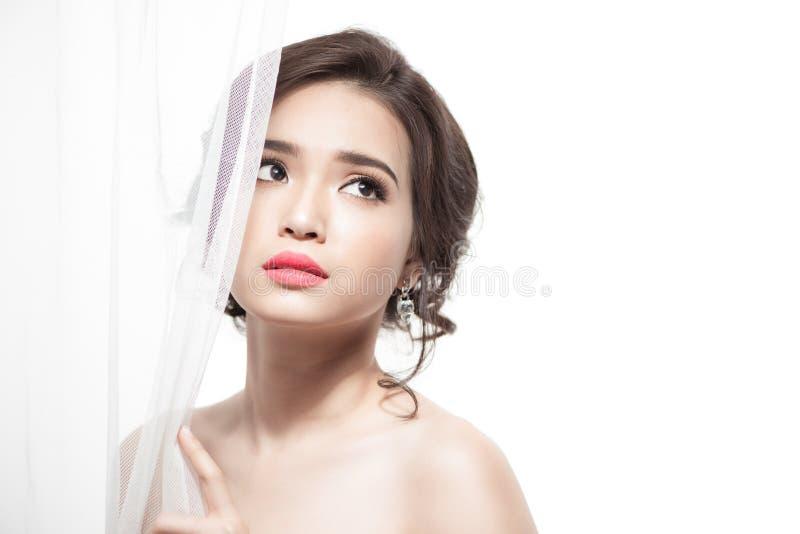 Beau maquillage asiatique de mariage de portrait de jeune mariée, coiffure de mariage image stock