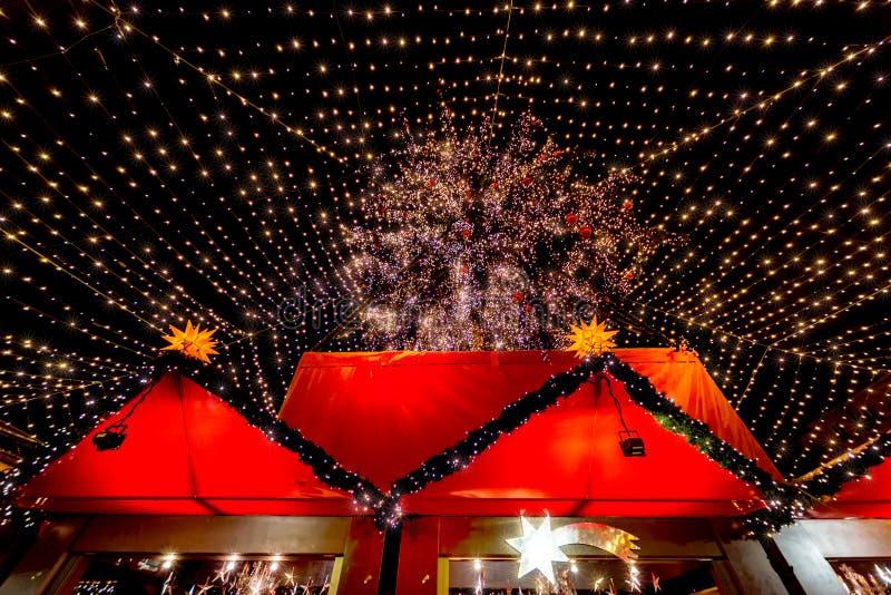 Beau marché serré de Noël de Cologne image libre de droits