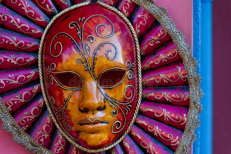 Beau masque vénitien pourpre mystérieux détaillé de carnaval photographie stock