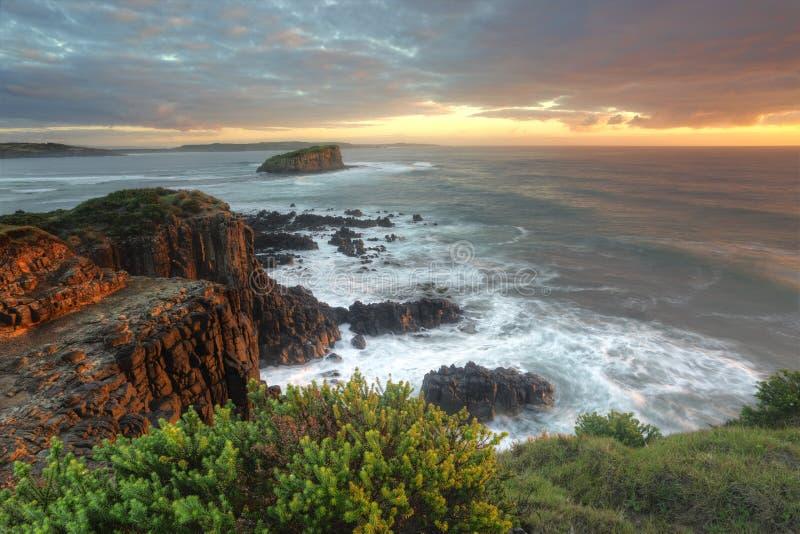 Beau matin avec la lumière molle sur les roches chez Minamurra images stock