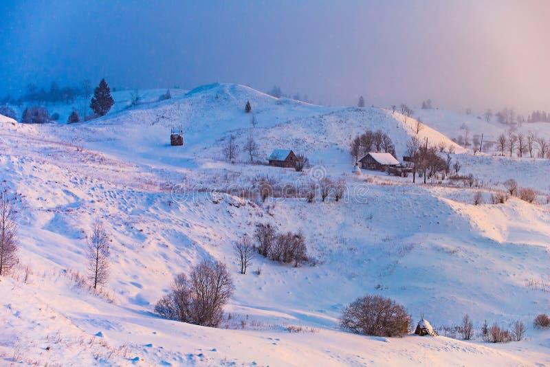 beau matin dans la campagne montagneuse Paysage d'hiver au lever de soleil photos libres de droits
