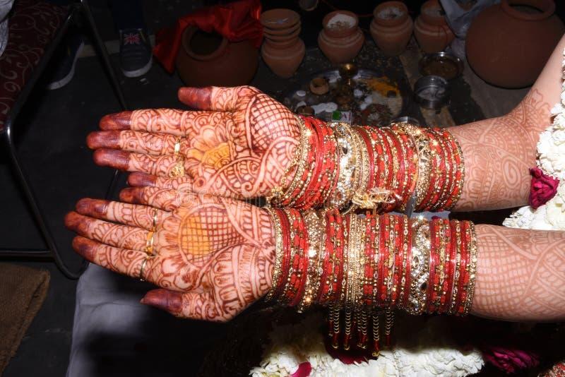 Beau mehandi nuptiale sur des mains de jeune mariée photos libres de droits