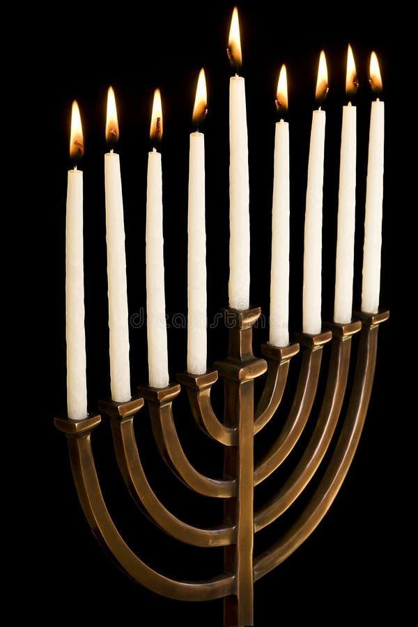 Beau menorah allumé de hanukkah sur le fond noir photographie stock