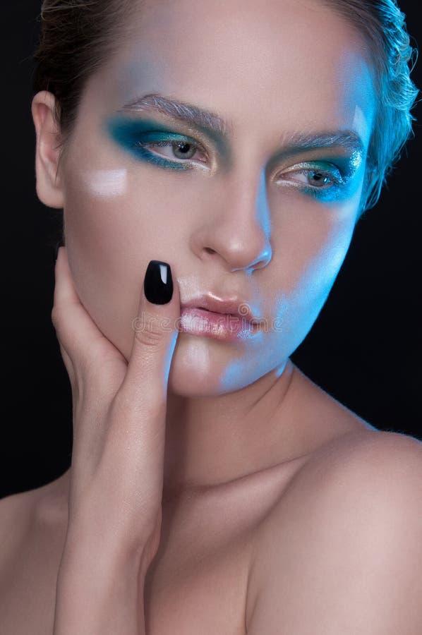Beau modèle à la mode avec les cheveux courts et les yeux bleus blancs photo libre de droits
