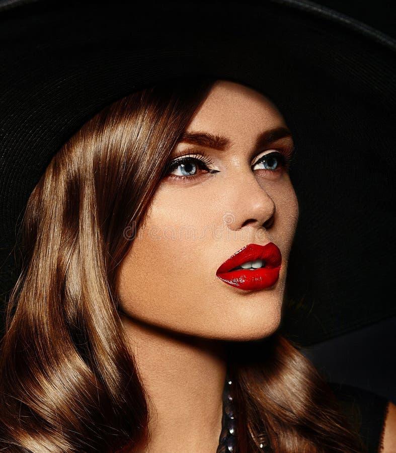 Beau modèle élégant sexy de charme avec les lèvres rouges image libre de droits