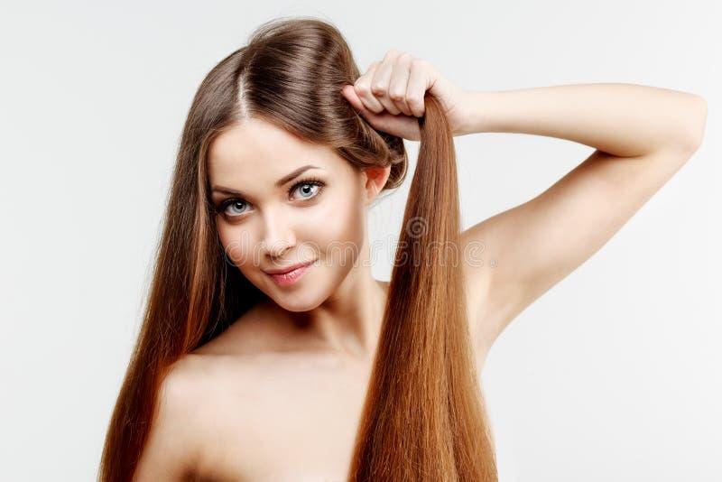 Beau modèle avec de longs cheveux brillants sains Beauté h luxueux photos stock