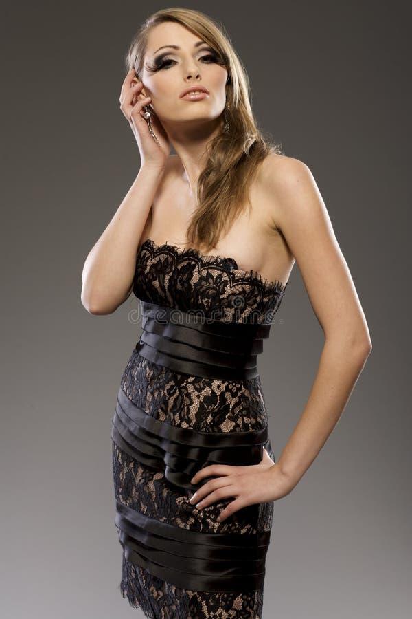 Beau modèle blond dans la robe noire photo stock