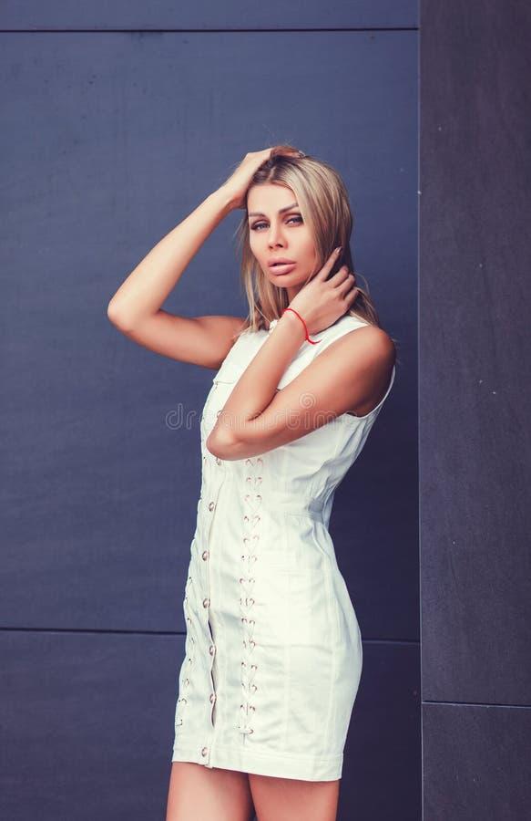 Beau modèle blond femelle photographie stock