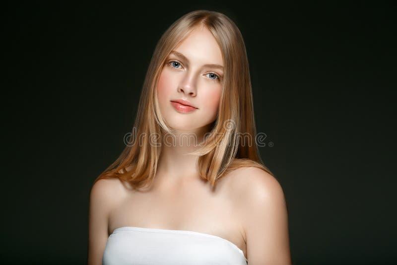 Beau modèle blond Girl de beauté de femme avec l'ove parfait de maquillage photos libres de droits