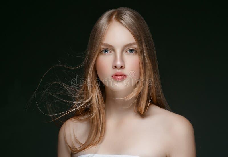 Beau modèle blond Girl de beauté de femme avec l'ove parfait de maquillage photographie stock libre de droits