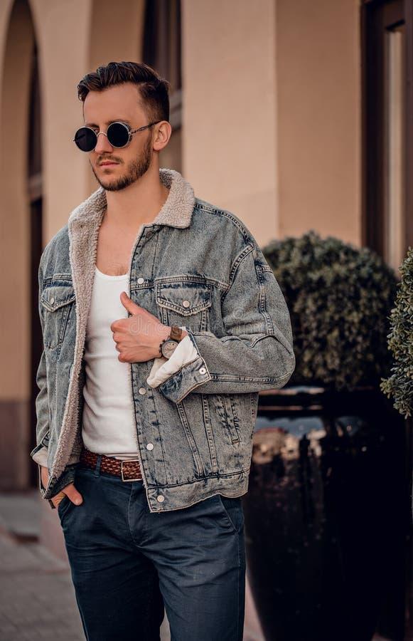 Beau modèle d'homme posant sur la rue image stock