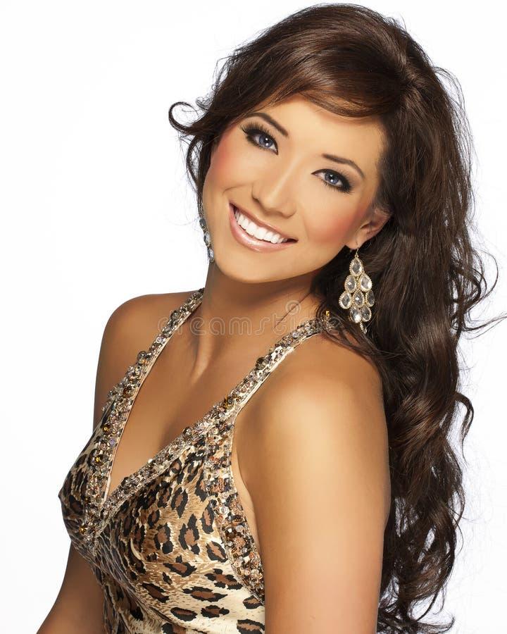 Beau modèle de cheveu de Brunette avec la robe de guépard image libre de droits