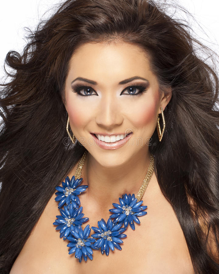 Beau modèle de cheveu de Brunette avec le collier bleu photo libre de droits