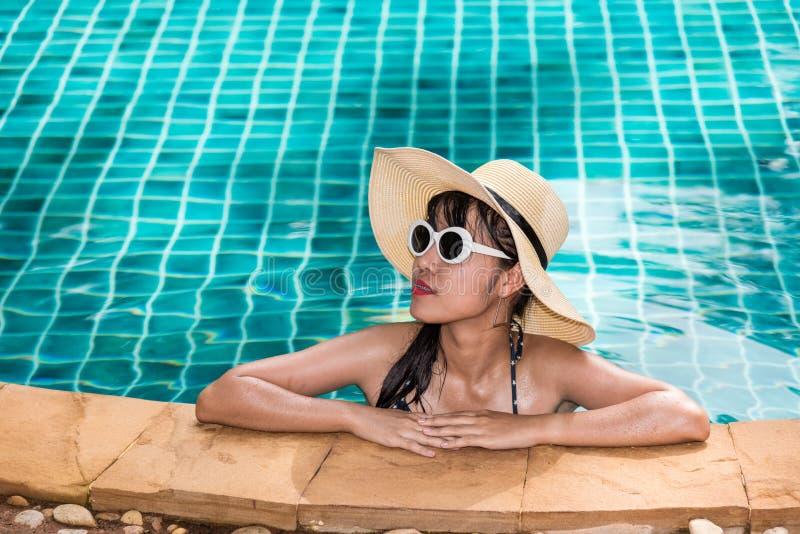 Beau modèle de femme de mode de vie dans le bikini avec le fashio de lunettes de soleil photo stock