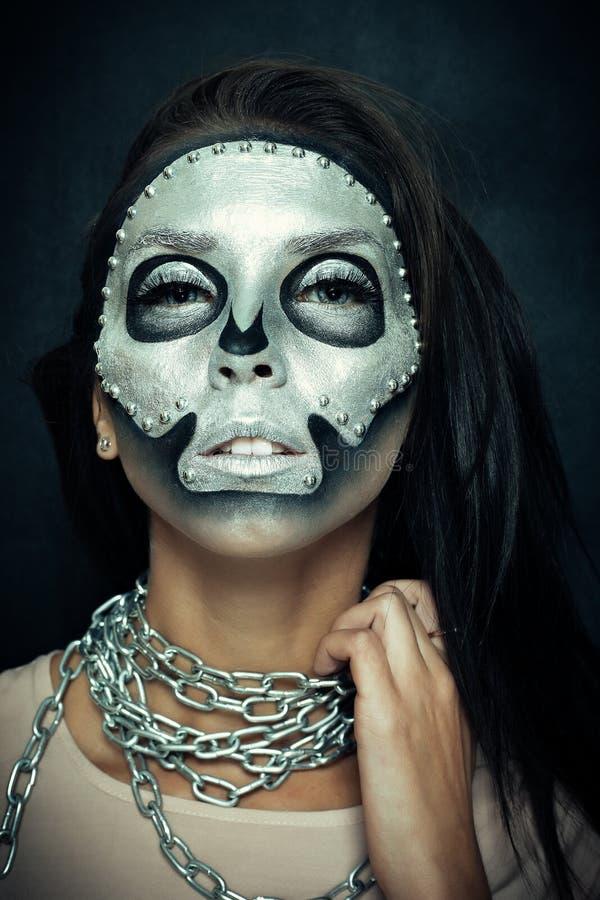 Beau modèle de fille avec le corps noir avec le masque argenté photo libre de droits