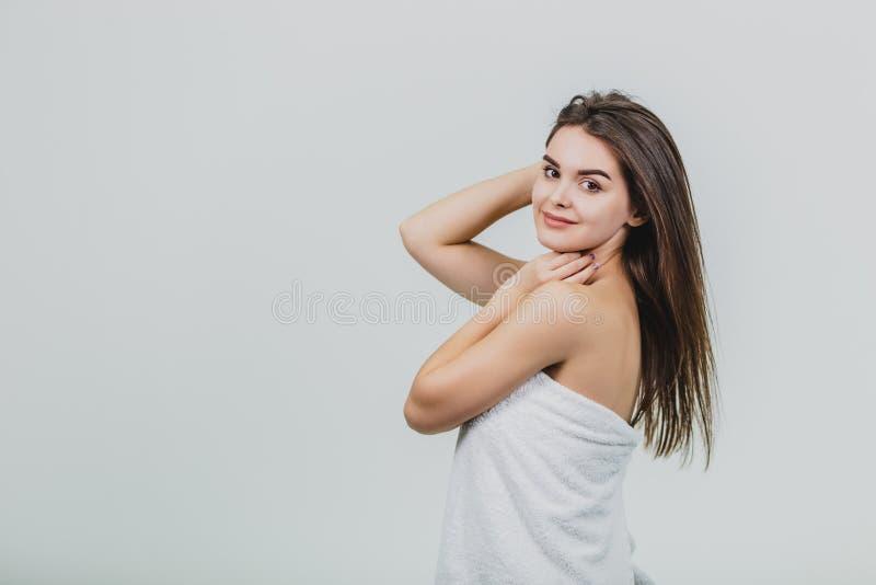 Beau modèle de fille avec longs les cheveux noirs et droits brillants Redressez la kératine Traitement, soin et traitements de st image libre de droits