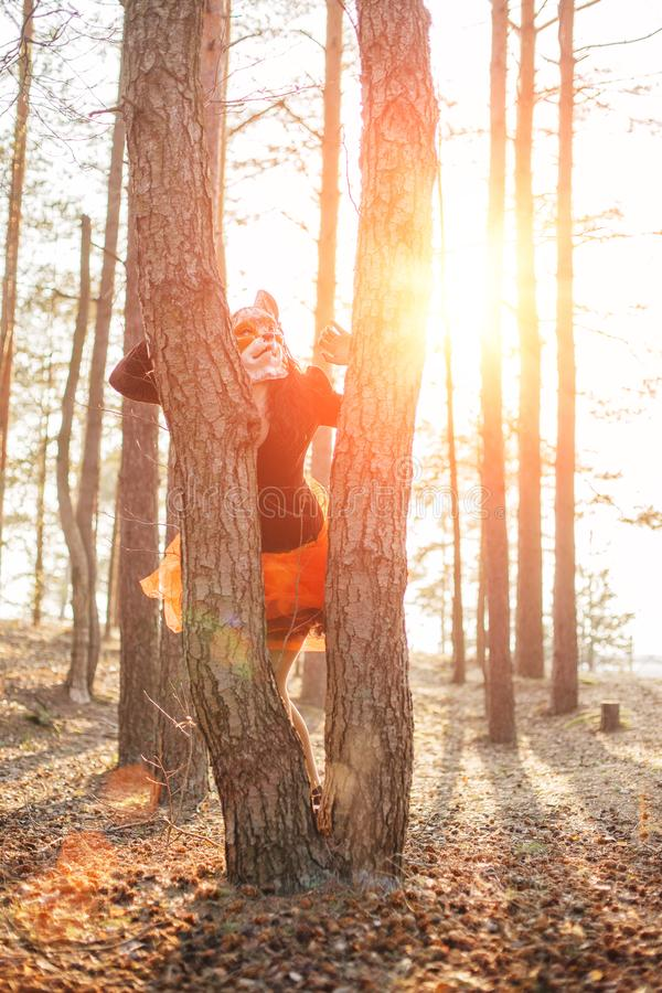 Beau modèle de fille en parc de masque de renard extérieur Femme de mode avec un aspect étrange peu commun Pensée créative non st photo libre de droits