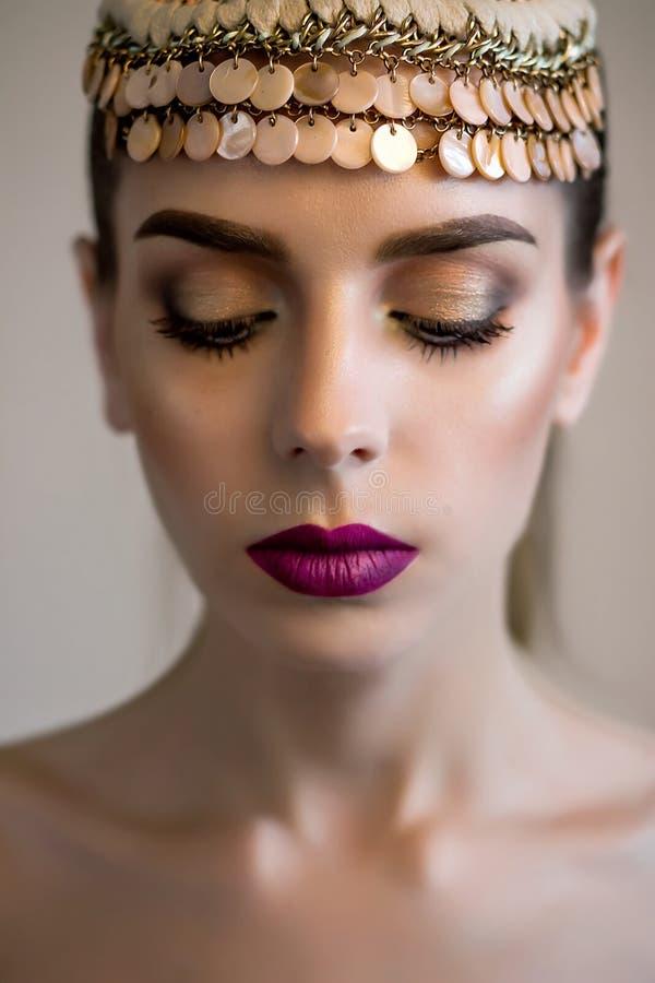 Beau modèle de fille, peau parfaite et lèvres de vin, accessoire de cheveux images stock